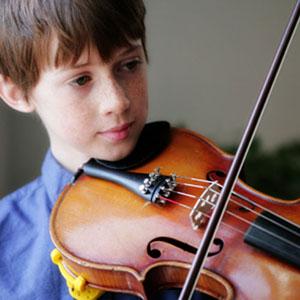 fant z violino v glasbeni šoli na daljavo