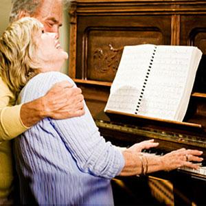 ženska igra klavir možu