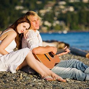moški igra kitare ženski