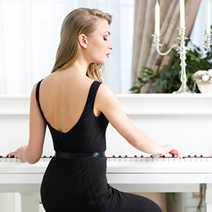 ženska igra klavir