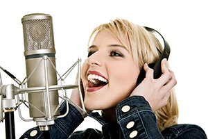 pevka poje na mikrofon