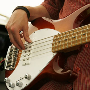 učenje igranje bas kitare