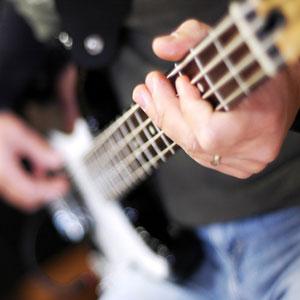 basist se uči igrati bas kitaro doma