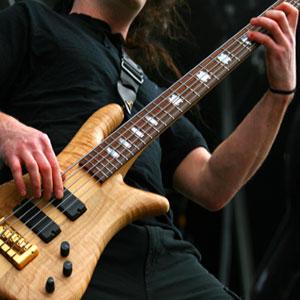 igranje bas kitare po notah na domu na daljavo