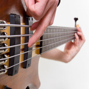 bas kitare igranje s prsti