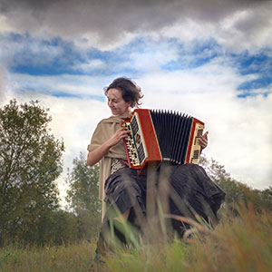 igranje diatonične harmonike v naravi