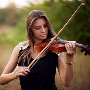 violinistka se uči igra na violino