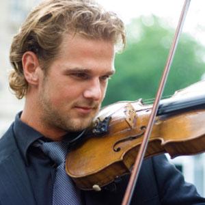 violinist se uči igrati violino doma
