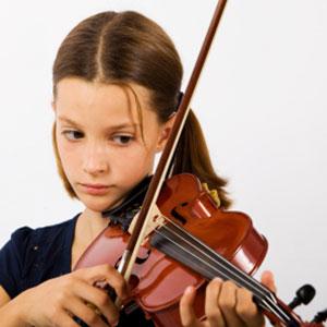 mala violinistka se uči violino po notah