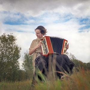 ženska igra klavirsko harmoniko