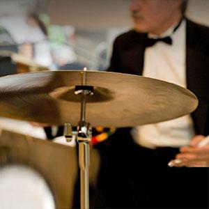 bobnas se uči igranja bobnov